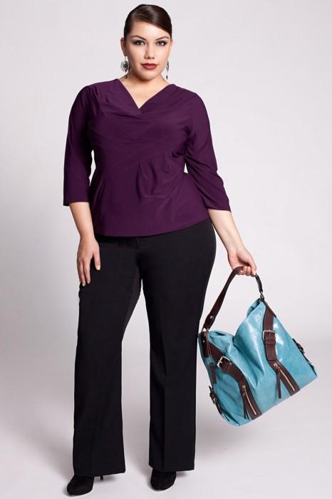 Классические брюки в сочетании с приталенной блузой с V-образным вырезом делают фигуру стройной и пропорциональной. /Фото: klybni4ka.net