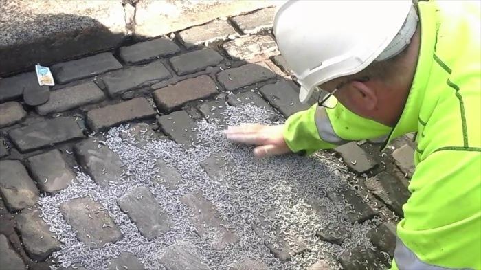 Простой и эффективный способ для ремонта дорог. /Фото: i.ytimg.com