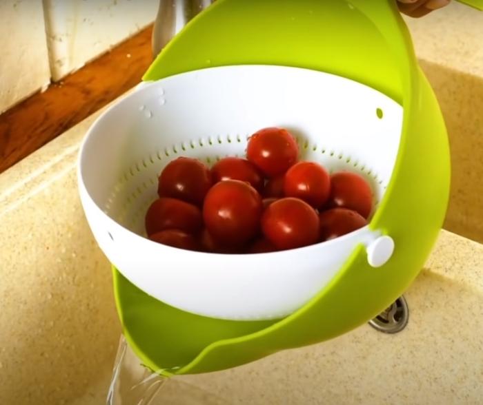 Тарелка 2 в 1, с которой готовить станет намного удобнее. /Фото: youtube.com