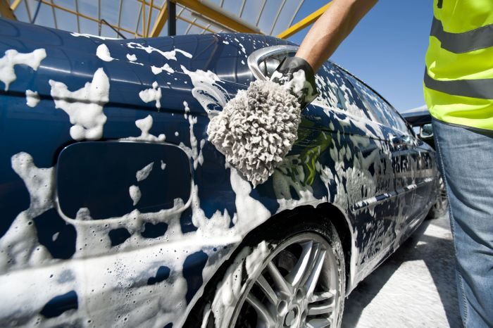 Для мытья авто стоит употреблять специальные автошампуни. /Фото: problemsolutions24.com