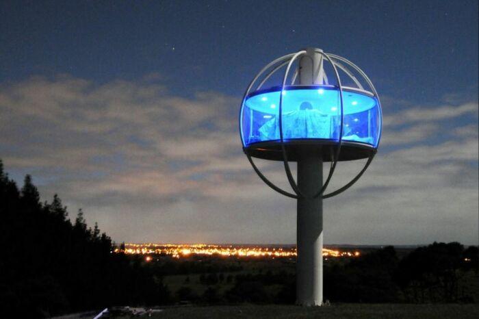 Ночная подсветка дома необычной формы в сочетании с панорамными окнами смотрится невероятно. /Фото: his.ua