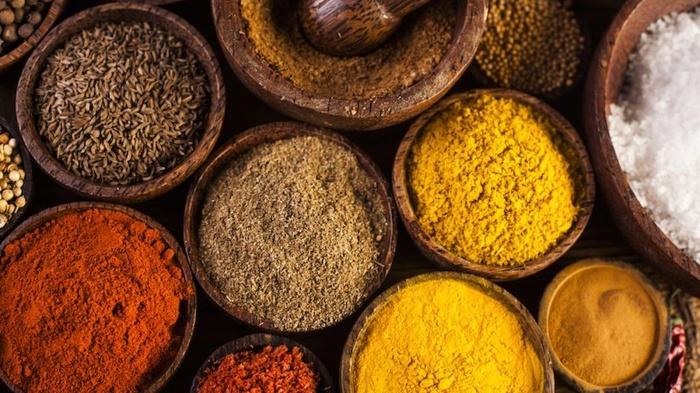 Зерна риса избавят специи от комковатости. /Фото: foodmatters.com