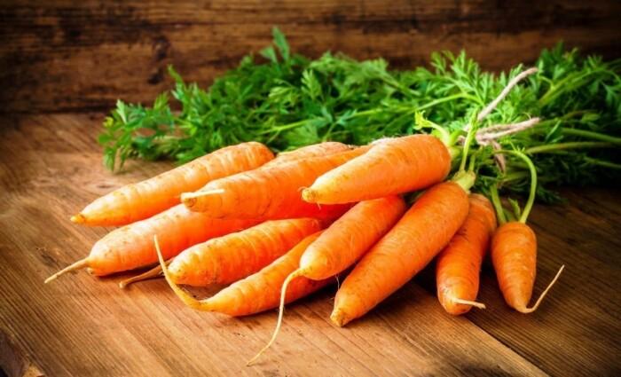 Морковь и перец не обязательно выбрасывать при начальных признаках плесени. /Фото: delo.ua