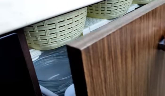 Встроенная полочка или ящичек помогают использовать все имеющееся пространство.