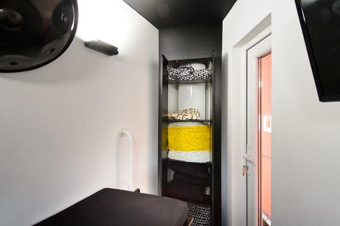 Шкаф — незаменимый атрибут любой спальни и даже в крохотном доме он есть. /Фото: hiro.pl