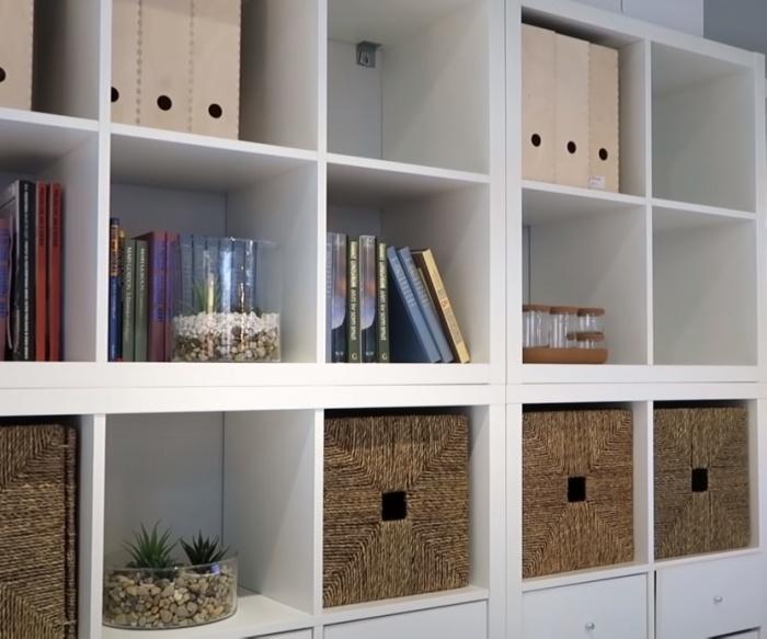 Плетеные коробки гармонируют с папками и предметами декора, и вносят в интерьер изюминку природности. / Фото: youtube.com