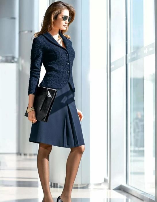 Приталенный блейзер в сочетании с юбкой — отличный выбор для собеседования в крупной компании. /Фото: womenmag.ru