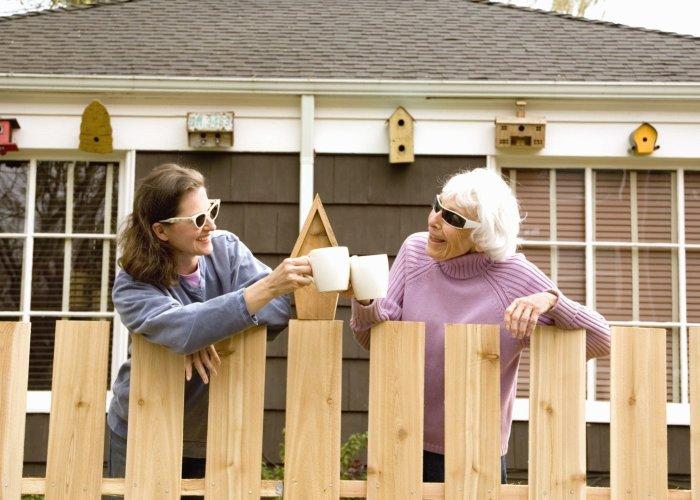С соседями нужно если не дружить, то быть в хороших отношениях это точно. /Фото: tvoymog.by