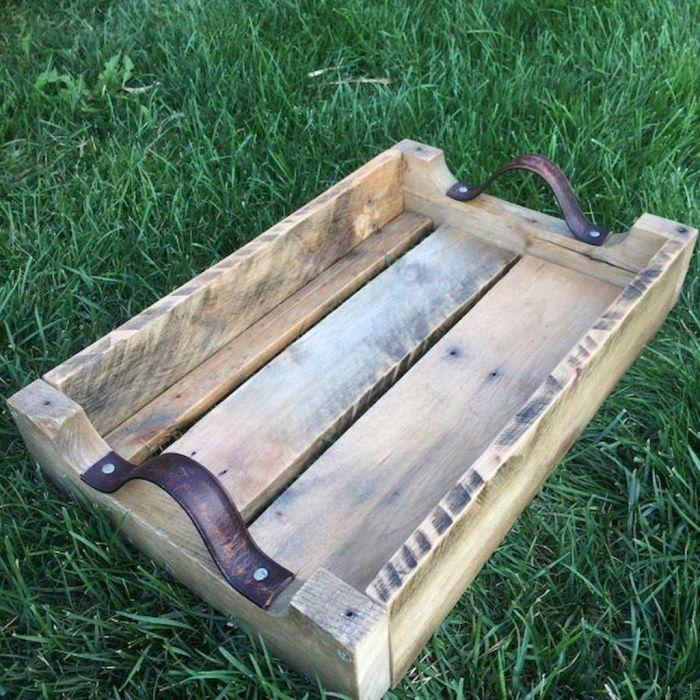 Из обычного деревянного ящика получается отличный вместительный поднос. /Фото: i.pinimg.com
