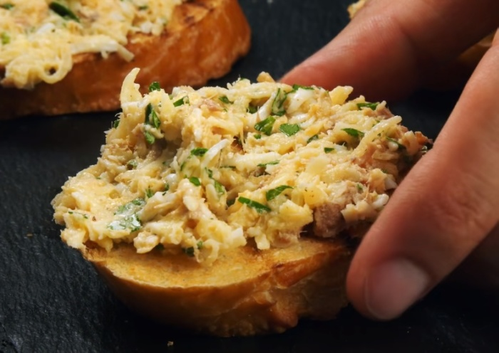 Закуска из консервированного тунца делается просто. /Фото: youtube.com/watch?v=2D6cj62zGYU