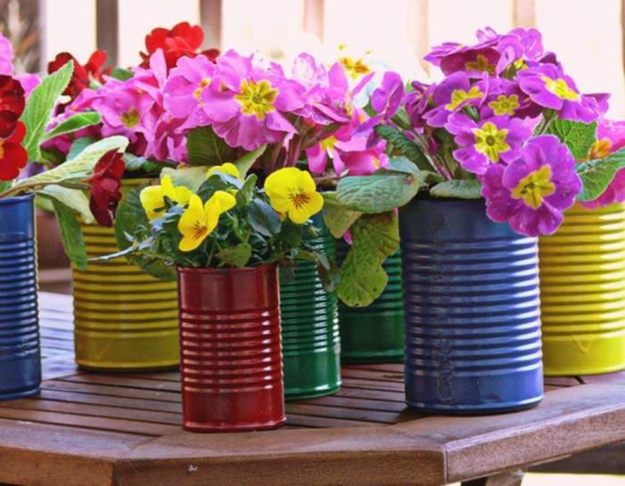 Цветочные горшки – самый популярный способ использования консервных банок. /Фото: 24.hu