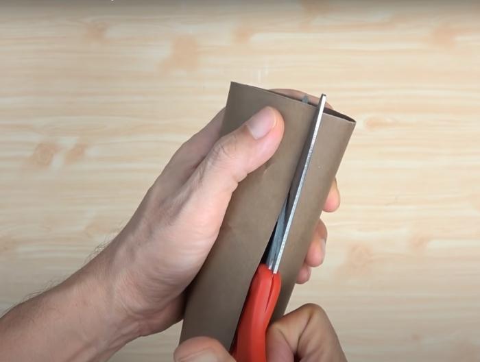 Простой, но вполне приличный держатель для штор своими руками. /Фото: youtube.com/watch?v=hOSITiTpVeY