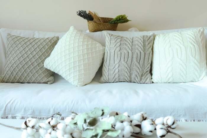 Вязаные подушки – красивый элемент декора. /Фото: i.etsystatic.com