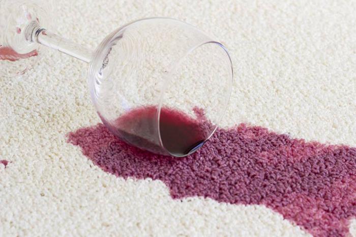 Пятна от красного вина прекрасно удаляются алкоголем. /Фото: cleanmastersbullheadcity.com