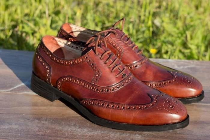 Кожаная обувь требует особого ухода. /Фото: i.etsystatic.com