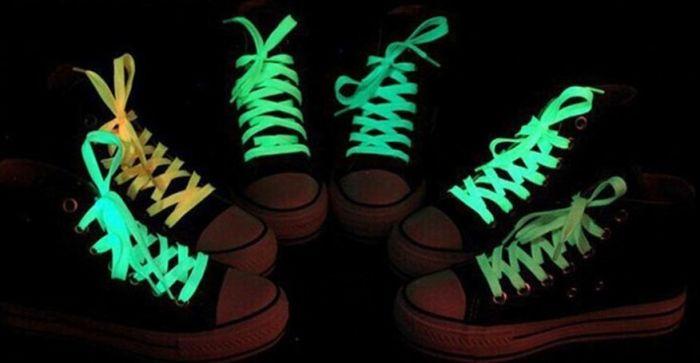 Немного креатива, и обычные шнурки могут превратиться в стильный аксессуар для любого образа. /Фото: cdn.eazyauction.de