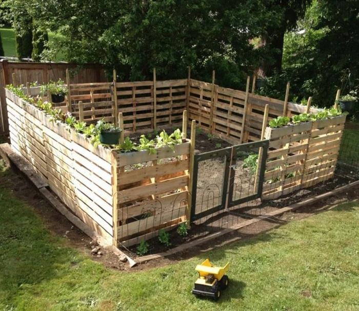 Ограждение из поддонов строить быстрее, а наверху можно посадить растения. /Фото: offgridworld.com