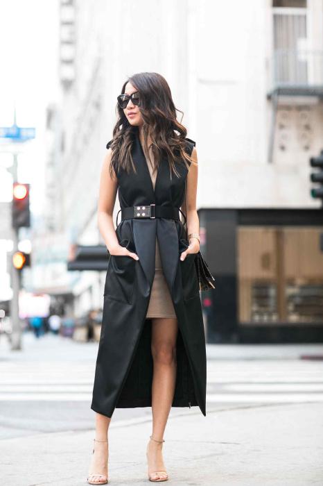 Кто сказал, что черный жилет — это деловой стиль? Удачный фасон и черный жилет превращается в стильный и оригинальный элемент наряда. /Фото: wendyslookbook.com