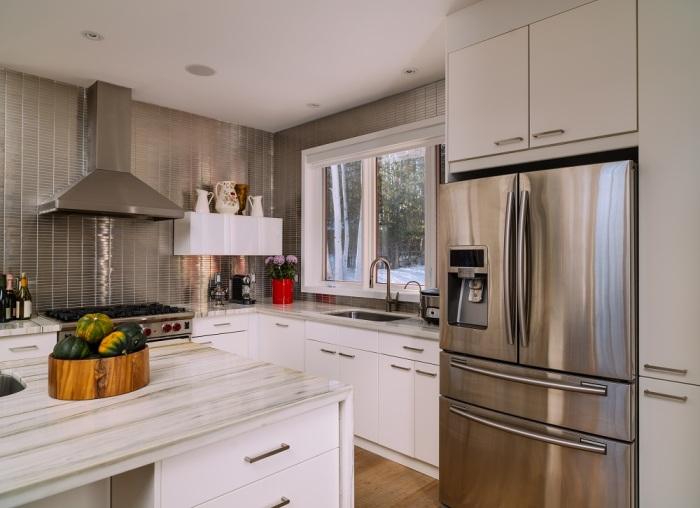 Окна без штор - не самое лучшее решение для кухни. /Фото: ambitenergy.com