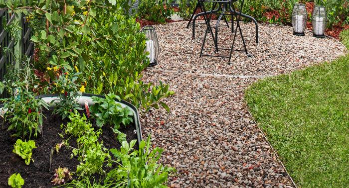 Гравий – прекрасный материал не только для дорожек, но и зонирования двора. /Фото: bhg.com.au