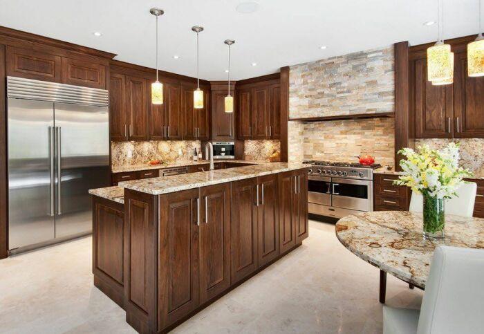 Камень отлично сочетается с современной кухонной мебелью. /Фото: smalldesignideas.com