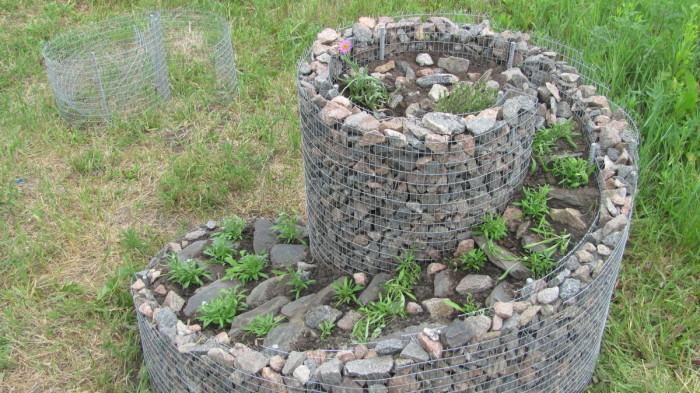 Альпийская горка с применением камней тоже выглядит очень эффектно. /Фото: svoimirukami.lesstroy.net