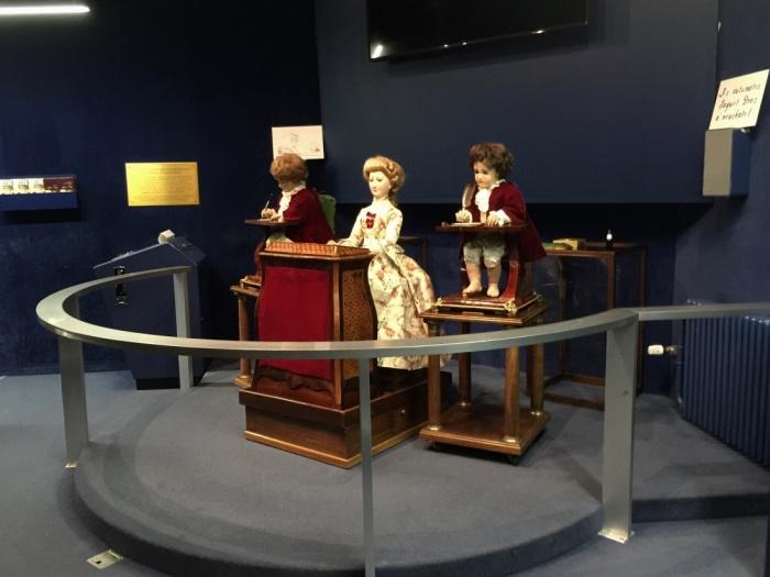 Автоматоны Пьера Жаке-Дроза в музее искусства и истории в Невшателе, Швейцария. /Фото: thewanderingchickpea.com