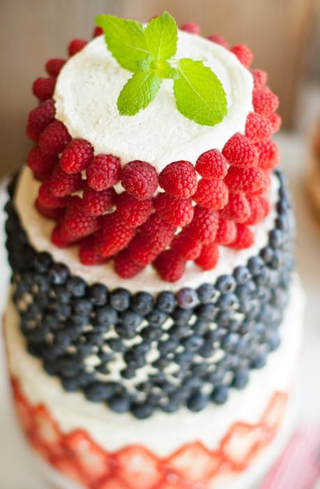 Фруктовый или ягодный торт или пирог всегда красиво выглядит в оформлении свежих ягодок. /Фото: thekitchenmccabe.com