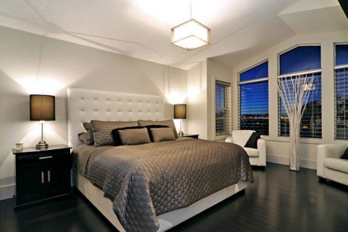 Тумбочки не обязательно должны полностью совпадать с цветом или стилем остальной мебели. /Фото: st-v.com