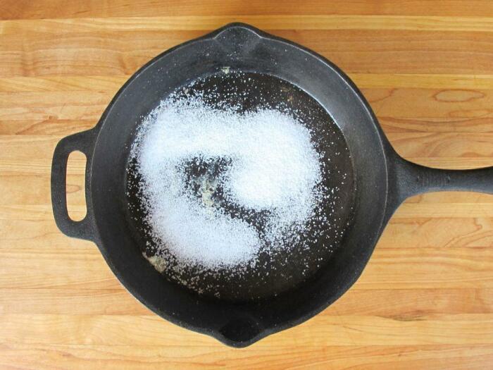 Простая, но эффективная чистка сковороды с гарью. /Фото: nastroy.net