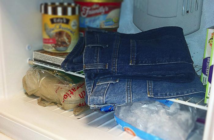 Заменить стирку джинсов можно их заморозкой в холодильнике. /Фото: domovoda.club