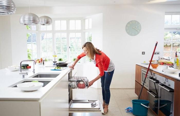 Можно не ходить лишний раз в магазин, а сделать чистящее своими руками. /Фото: cdn.apartmenttherapy.info