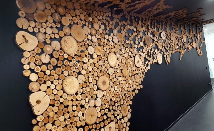 Красивая фактура дерева и нестандартный подход в оформлении — залог успеха. /Фото: kakpostroit.su
