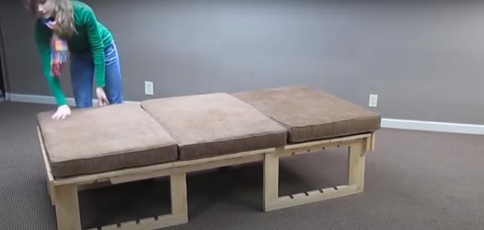 Удобный трехместный диван. /Фото: youtube.com/watch?v=LROpYJn5kAs