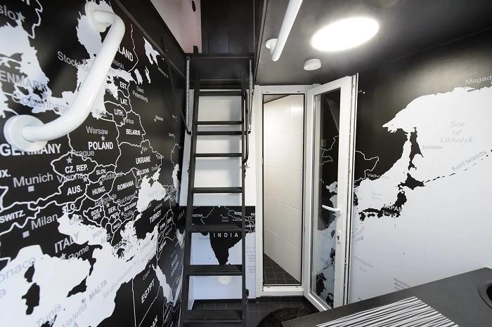 Удобство повышает раскладывающаяся лестница. /Фото: a0.muscache.com