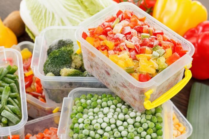 Хранить продукты в морозильной камере нужно в подходящих емкостях. /Фото: palladium.ua