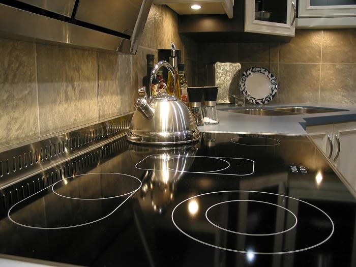 Средство для мытья стекла также хорошо подходит для очищения стеклокерамической плиты. /Фото: principetile.com