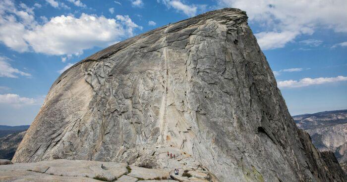 Если присмотреться, видны люди, покоряющие скалу Half Dome. /Фото: s27363.pcdn.co
