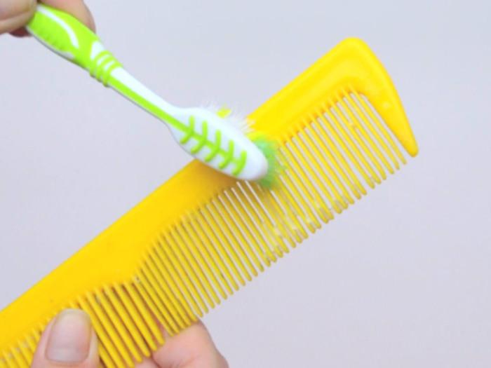 Расческу можно замочить в воде с шампунем или нанести его зубной щеткой, а потом смыть. /Фото: wikihow.com