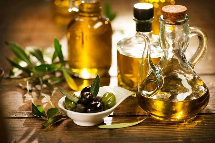 Удалить липкие пятна достаточно легко, если использовать оливковое масло. /Фото: i2.rozetka.ua