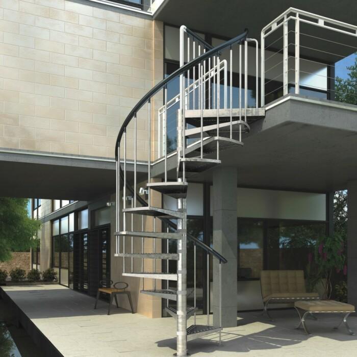 Внушительная, стильная и очень надежная лестница. /Фото: benz24.fr