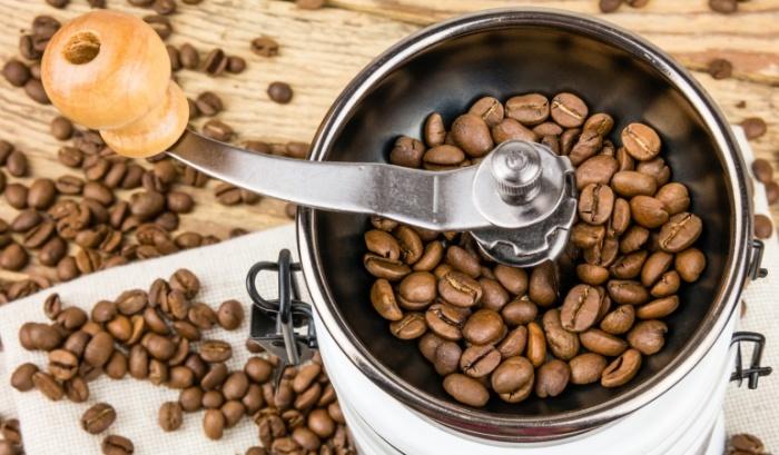 Сахар – хорошее средство для очистки кофемолки изнутри. /Фото: soundproofingtips.com