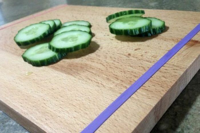 С таким простым дополнением работать с разделочной доской станет гораздо удобнее. /Фото: kaksekonomit.com