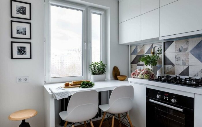 Широкий подоконник достойная альтернатива обеденному столу. /Фото: adelaparvu.com