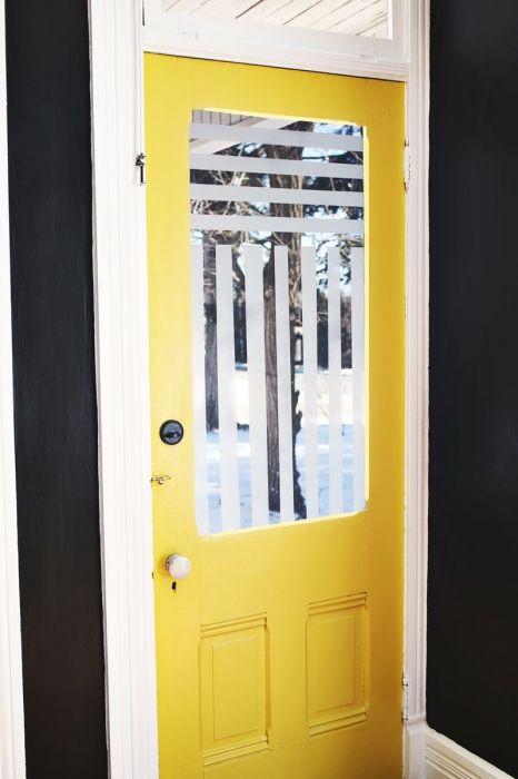 Матовое стекло — оригинальная альтернатива классическим шторам. /Фото: homedecoratinginspiration.com
