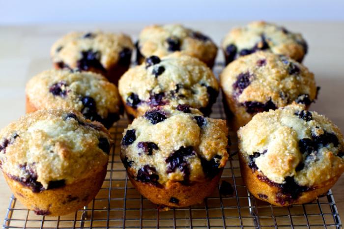 Кусок сахара поможет дольше сохранять свежесть выпечки. /Фото: smittenkitchendotcom.files.wordpress.com
