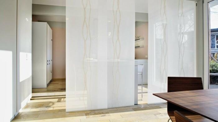 Японские шторы – отличная альтернатива панелям при зонировании. /Фото: decoratw.com