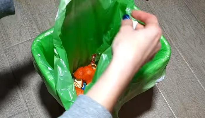 «Зарядка» мусорного ведра пакетами на всю неделю упрощает вынос мусора.