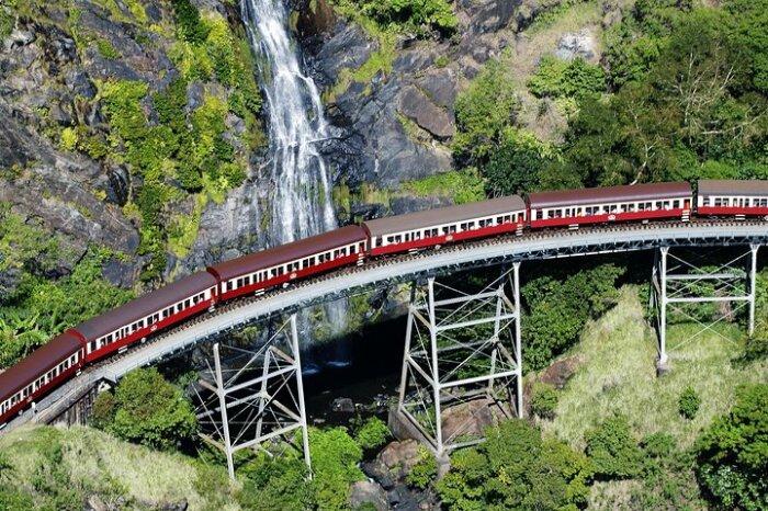 Кажется, что из окна рукой подать до водопада. /Фото: media-cdn.tripadvisor.com