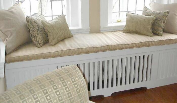 Если дополнить радиатор широким подоконником, то можно сделать очень уютное место отдыха. /Фото: holodine.net